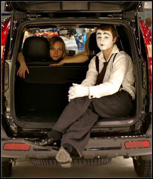 Девушка, машина, клоун